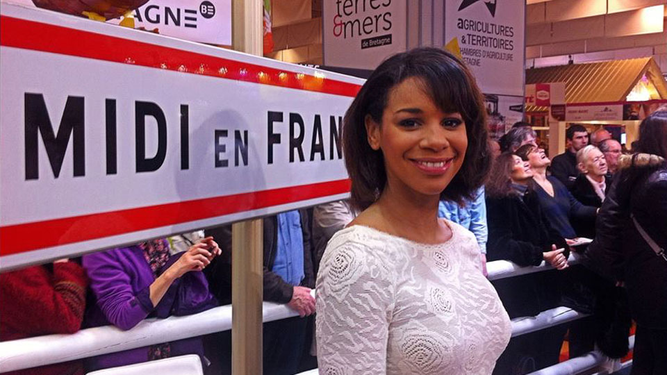 Alicia Fall devant le panneau Midi en France