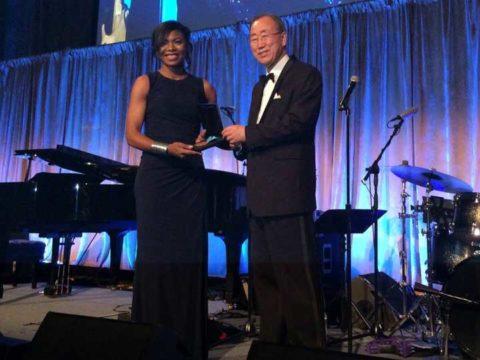 Tatiana Mossot reçoit son prix à l'ONU