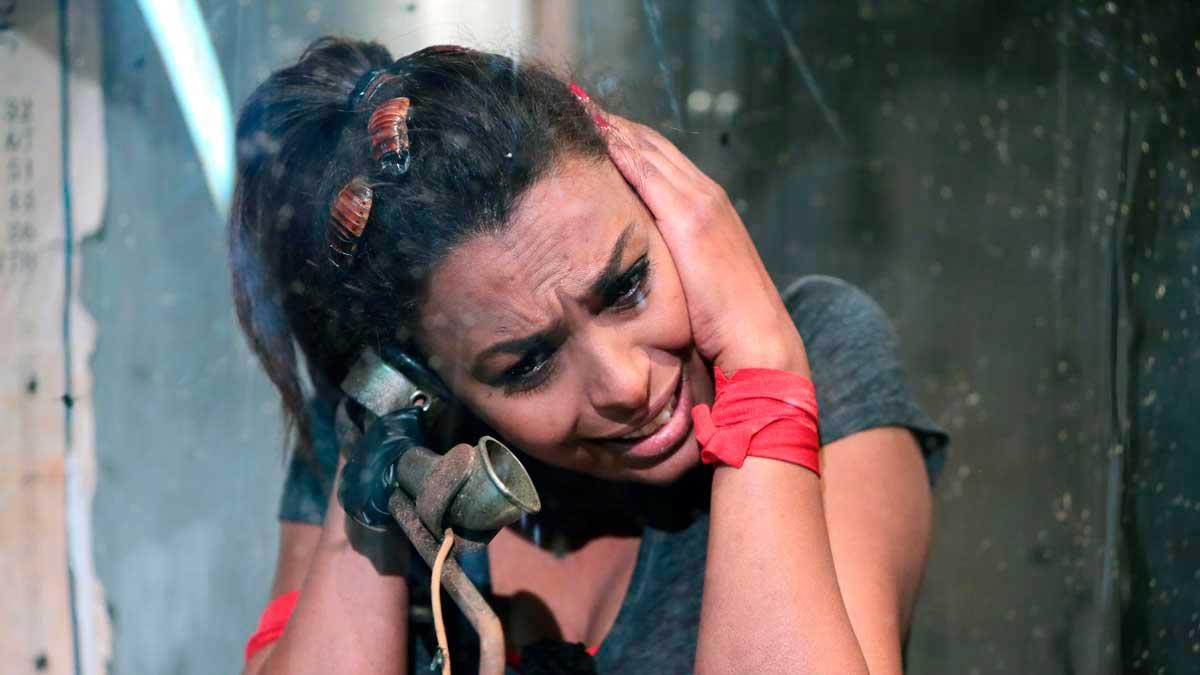 Samira Ibrahim dans la cabine abandonnée - crédits photos : © SCARELLA Gilles / FTV