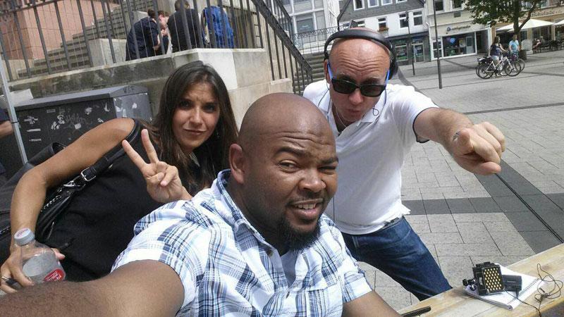 Virginie Plaut, ambiance fin de tournage avec Emmanuel, demandeur d'asile soudanais, et le chef opérateur, Cyrille Rénaux