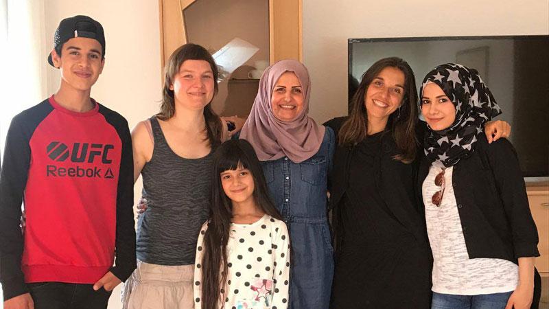 Virginie Plaut entourée de la famille Mansour (irakiens arrivés en Allemagne en 2015) et Anna, la traductrice